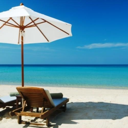 Polacy oszczędzają na urlop co najmniej przez pół roku. Problemy finansowe głównym powodem rezygnacji z wakacji