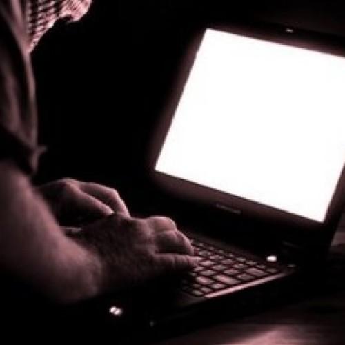 Internauci i użytkownicy smartfonów podczas wakacji szczególnie narażeni na ataki cyberprzestępców i złodziei