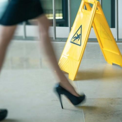 Kiedy konsument może otrzymać odszkodowanie za wypadek w sklepie?