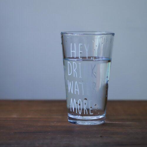 Jaka jest różnica między wodą źródlaną a mineralną? Wszystko, co powinieneś wiedzieć